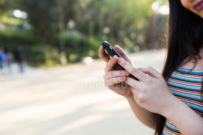 Imagem cortada de mulher asiática usando smartphone — Fotografia de Stock