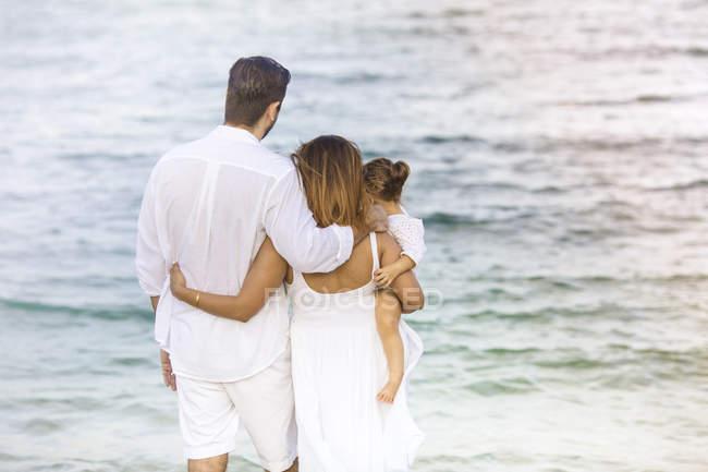 Heureux jeune famille, passer du temps ensemble sur la plage — Photo de stock