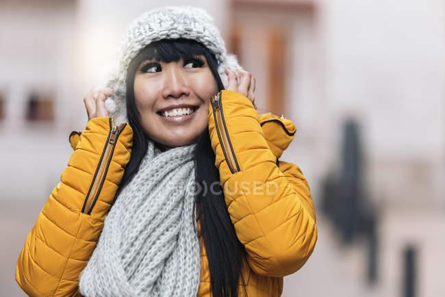 Giovane attraente asiatico donna posa per fotocamera su strada — Foto stock
