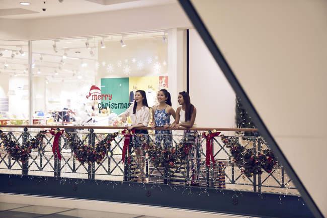 Молодые привлекательные азиатские женщины в рождественских магазинах — стоковое фото