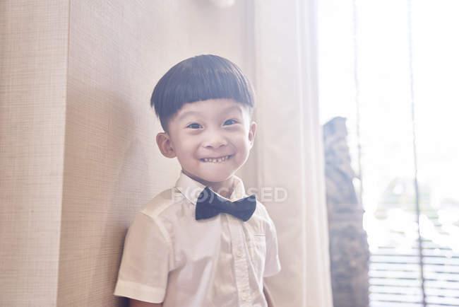 Feliz jovem asiático menino posando para câmera — Fotografia de Stock