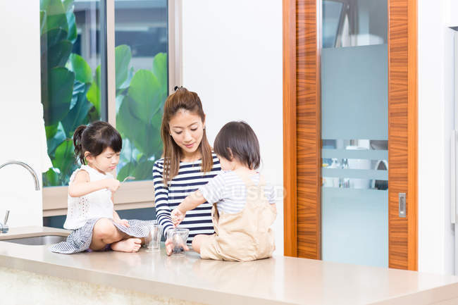 Frau eine gesunde Snack-Zeit mit ihren Kindern genießen. — Stockfoto