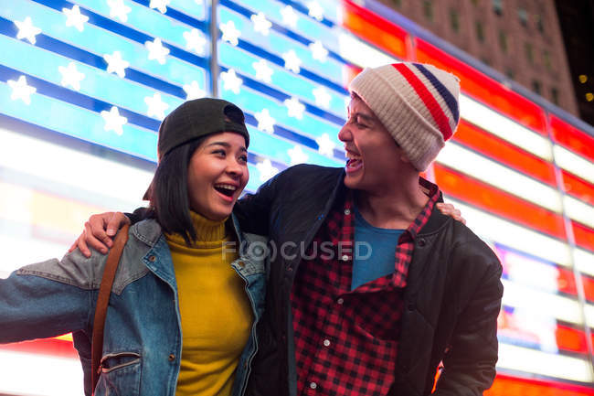 Beau couple passer un bon moment à Times Square, New York, é.-u. — Photo de stock