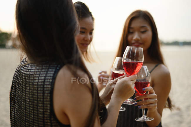 Bela jovem asiático amigos ter bebida — Fotografia de Stock