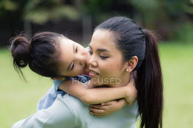 Милий азіатських мати і дочка витрачати час разом в парку — стокове фото