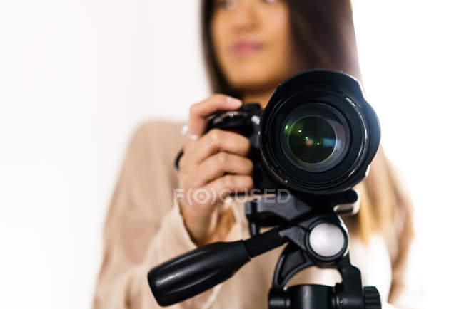 Mujer China de largo pelo con su cámara profesional - foto de stock