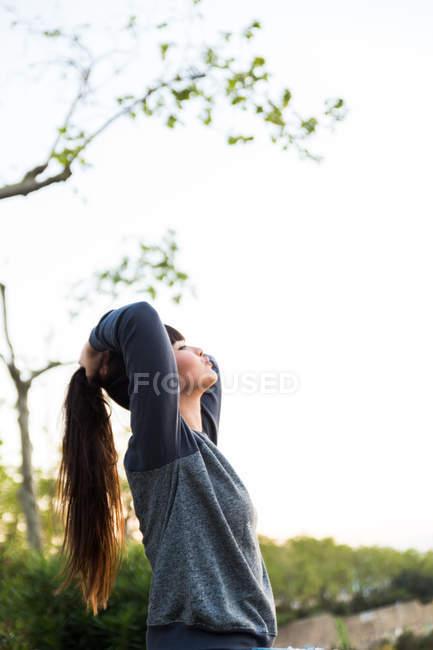 Jeune belle asiatique femme avec bras levés — Photo de stock