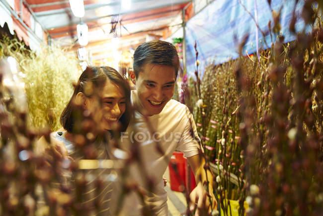 Giovane coppia asiatica trascorrere del tempo insieme sul bazar tradizionale a Capodanno cinese — Foto stock