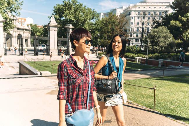 Mulheres asiáticas caminhando no parque juntas — Fotografia de Stock