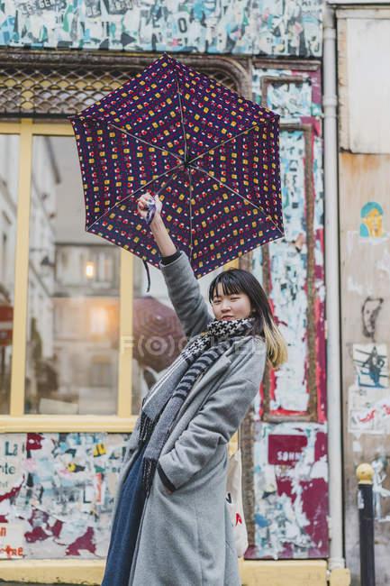 Trendy stylish woman posing at city street with umbrella — Fotografia de Stock