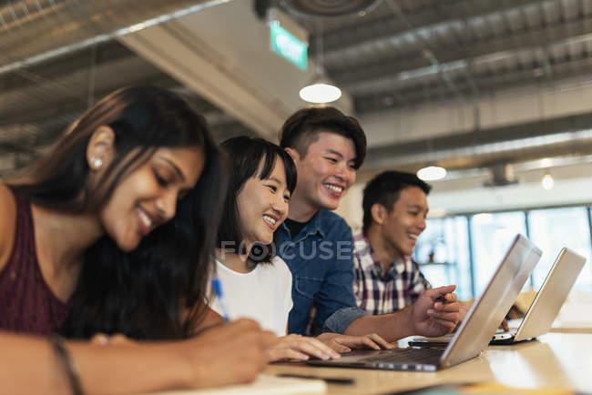 Jeunes gens d'affaires prospères travaillant ensemble dans un bureau moderne — Photo de stock
