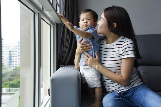 Мати, граючи з її син у вітальні — стокове фото