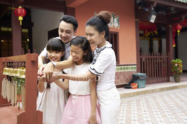Feliz asiático família passar tempo juntos no tradicional cingapuriano santuário — Fotografia de Stock