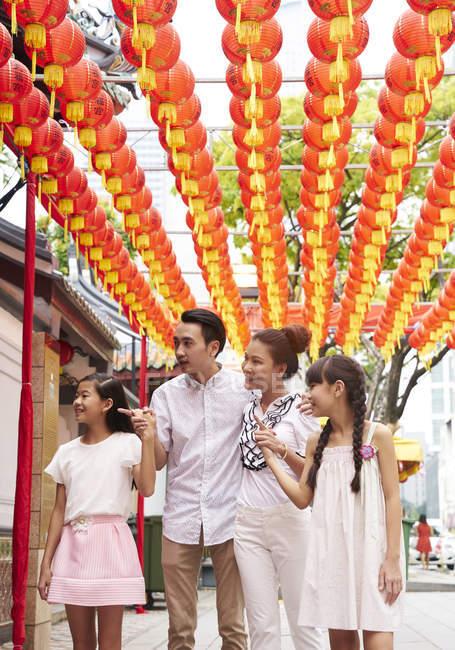 Щасливі азіатських родини витрачати час разом в традиційних сінгапурських shrine — стокове фото