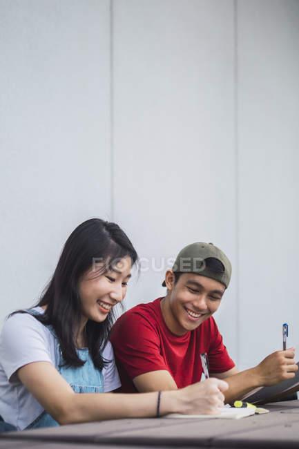 Junge asiatische College-Studenten lernen zusammen — Stockfoto