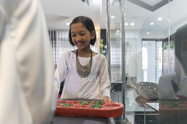 Asiático niña con tradicional juego en hari raya en casa - foto de stock