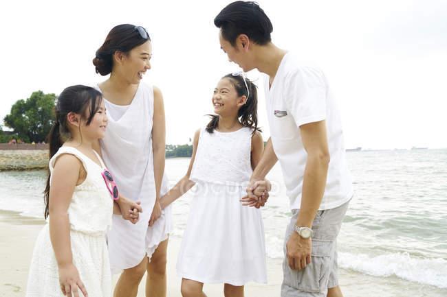 Щасливі азіатських сім'ї проводити час разом на пляжі — стокове фото