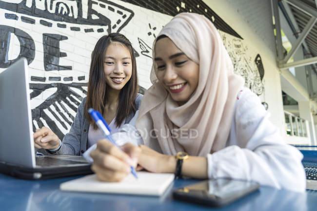 Двое друзей обсуждают школьный проект . — стоковое фото