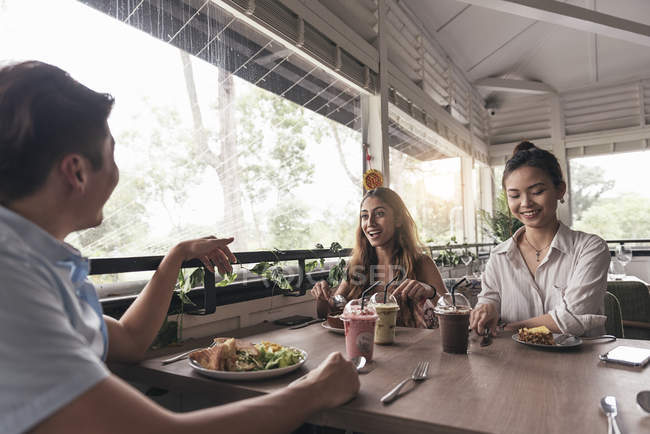 Group of young asian friends together in restaurant — Stock Photo