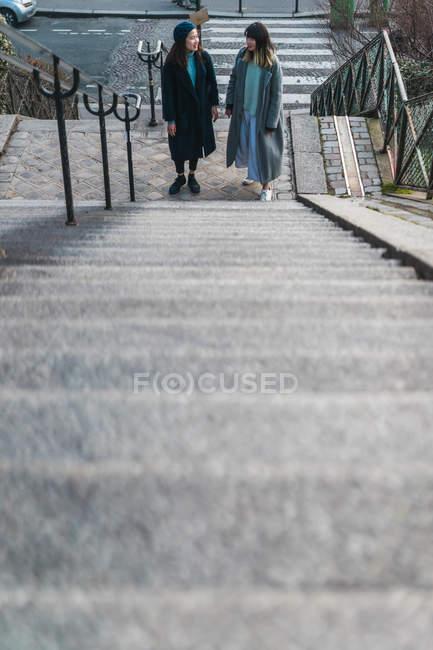Lässige asiatische Mädchen stand in der Nähe Schritte — Stockfoto