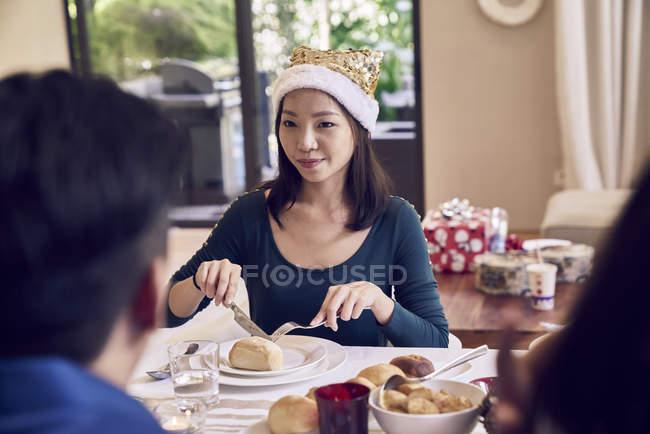 Glückliche junge asiatische Freunde gemeinsam Weihnachten zu feiern — Stockfoto