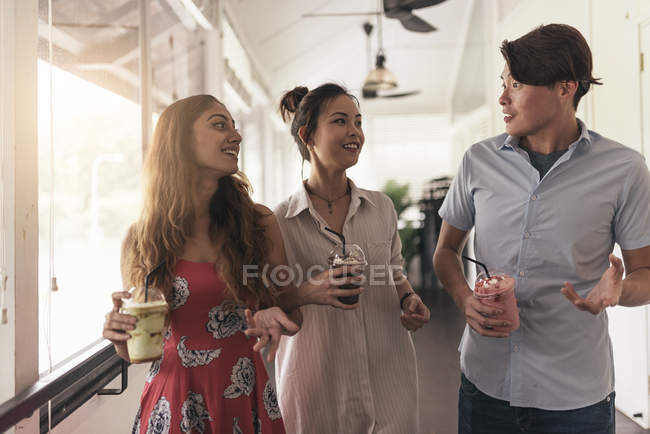 Группа молодых азиатских друзей вместе в ресторане прогулки с напитком — стоковое фото