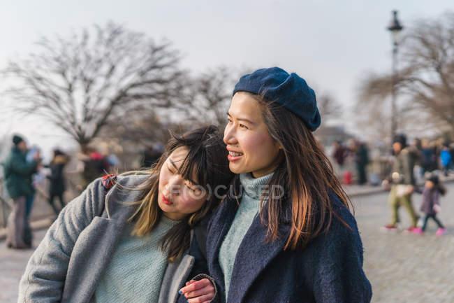 Jeune casual asiatique filles câlins dans ville rue — Photo de stock