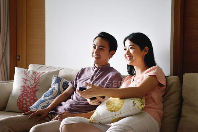 Adulto asiatico coppia insieme guardando tv a casa — Foto stock