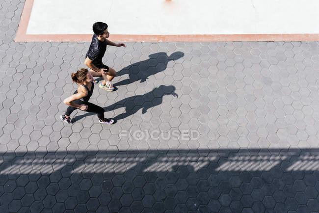 Молода пара спортивний, працюють разом на міських вулиць — стокове фото