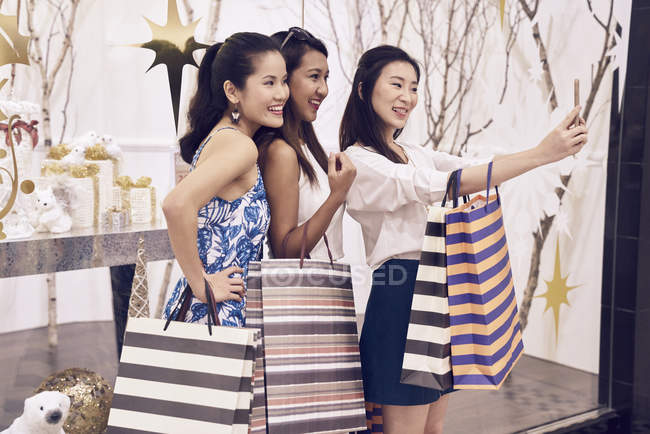 Giovani donne asiatiche attraenti a Natale shopping — Foto stock