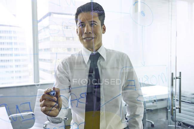 Jeune homme d'affaires prospère travaillant dans un bureau moderne — Photo de stock