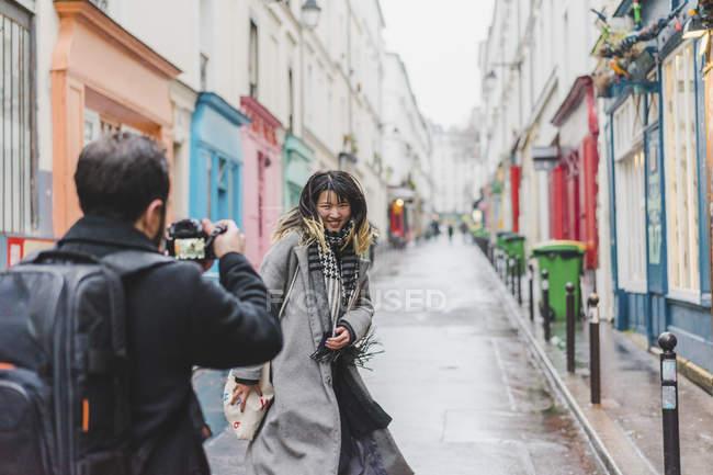 Trendy stylish woman posing for camera on street — Fotografia de Stock