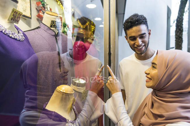 Young muslim couple window shopping. — Stock Photo