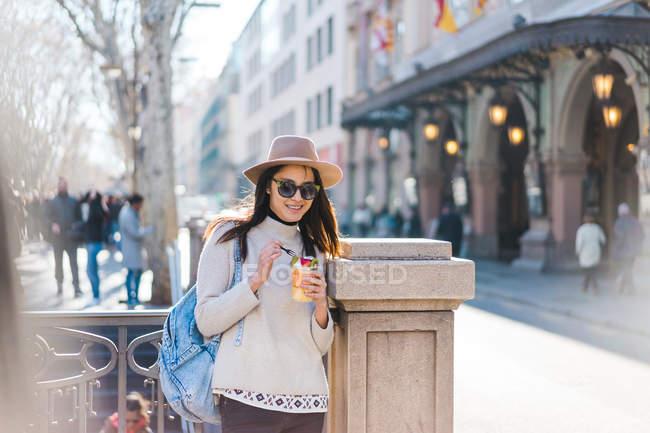 Молодая привлекательная азиатская женщина ест фрукты на открытом воздухе — стоковое фото
