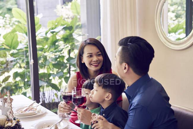 Счастливая азиатская семья празднует Рождество вместе — стоковое фото