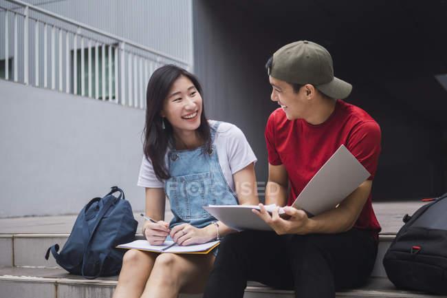 Giovani asiatiche studenti del college che studiano insieme — Foto stock