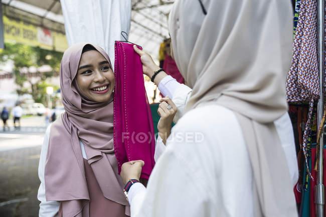 Zwei muslimische Frauen shopping für hijab — Stockfoto