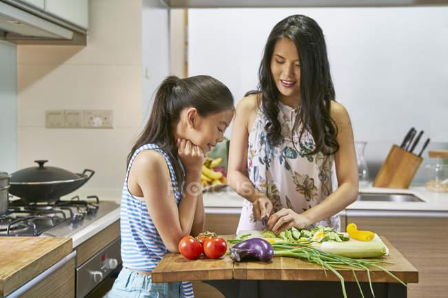 Азіатські мати і дочка разом приготування їжі на кухні — стокове фото