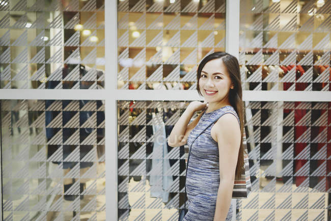 Bella donna asiatica felice all'acquisto con carrello — Foto stock