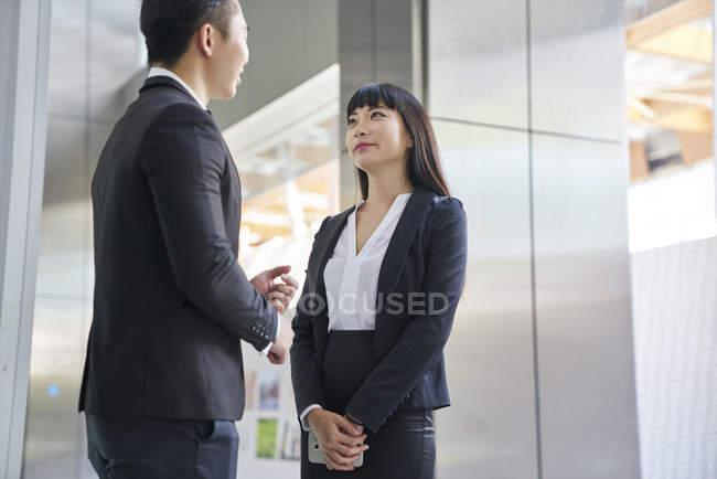 Молодая азиатская успешная деловая пара, работающая вместе — стоковое фото