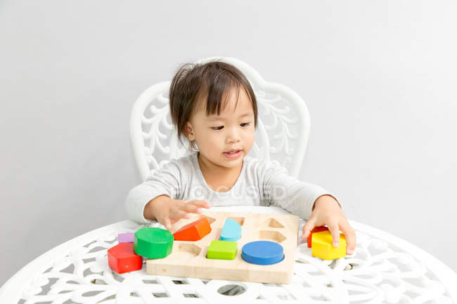 Молоді азіатські малюка дівчинка грає з Розвиваючі іграшки — стокове фото