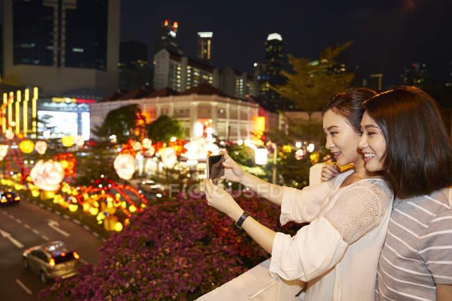 Jovem feliz asiático amigos passando tempo juntos no chinês ano novo e tomando selfie — Fotografia de Stock