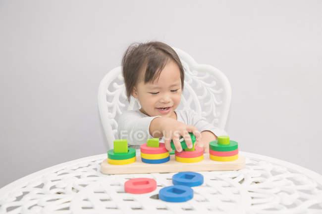 Молодая маленькая азиатская девочка малыша строительных блоков — стоковое фото