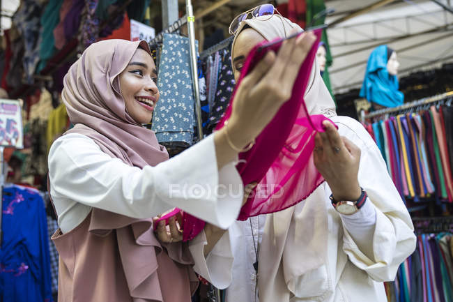 Two muslim ladies shopping for hijab — Stock Photo