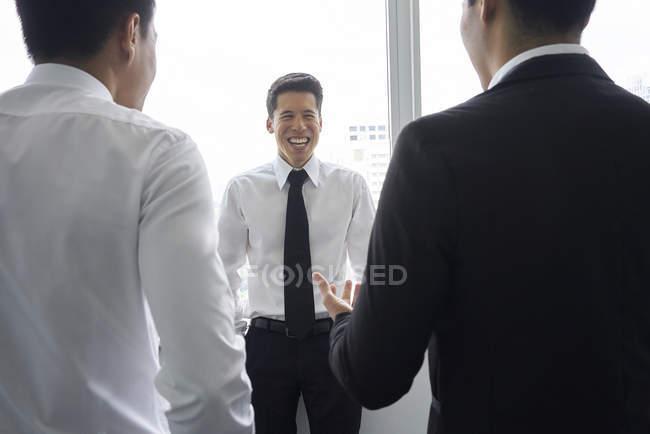 Молоді азіатські бізнес чоловіків разом на сучасні офісні — стокове фото