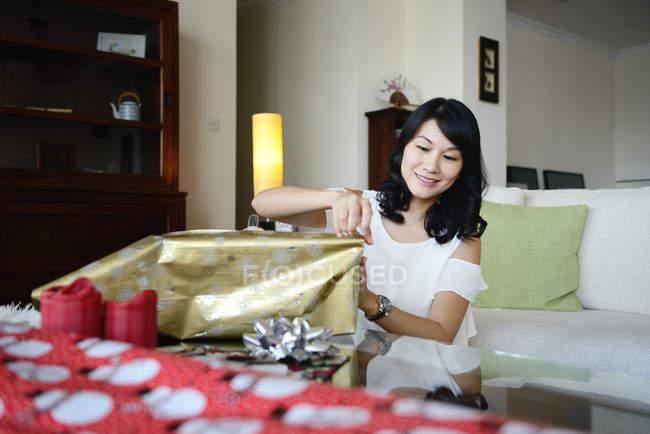 Молоді азіатські жінки упаковки різдвяних подарунків в будинку — стокове фото