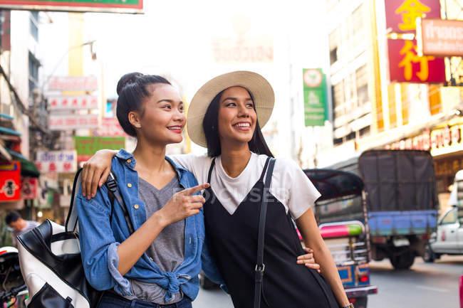 Fidanzate sono appendere fuori per la strada a chinatown, Bangkok — Foto stock