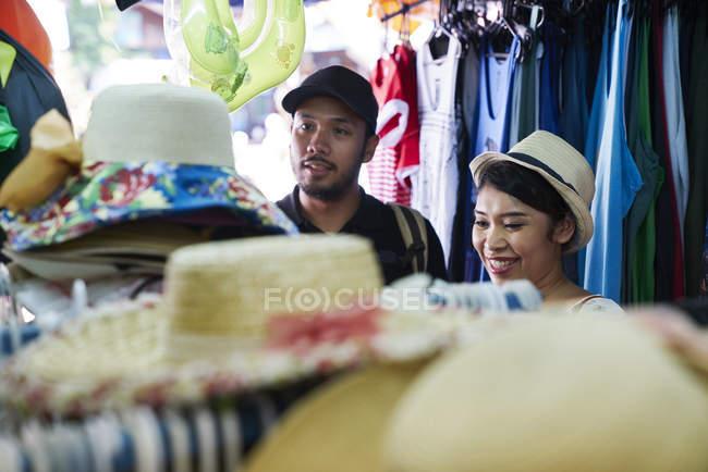 Jovem casal compras em Koh Chang, Tailândia — Fotografia de Stock