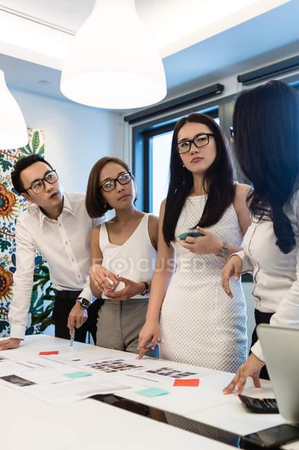 Молоді азіатські колег працюють разом в сучасні офісні — стокове фото
