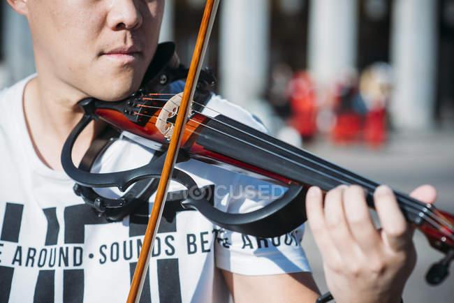 Junger asiatischer Musiker männlich mit Geige, Nahaufnahme — Stockfoto
